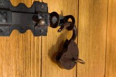Fer padlocked avec la clé sur la porte photo stock