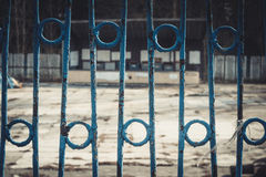 Fer travaillé Restriction de la liberté Barrière en parc abandonné Photographie stock
