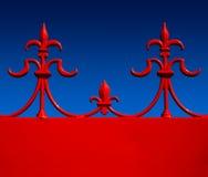 Fer travaillé rouge fleur de lys contre le bl gradué Image libre de droits