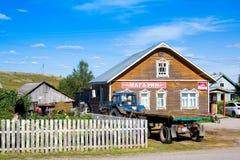 FERAPONTOVO RYSSLAND - AUGUSTI 14, 2016: Traktoren nära shoppar i ryssby Fotografering för Bildbyråer