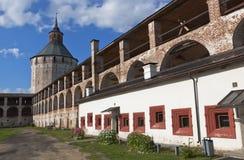Ferapontovskii (Moskovskaya) torn och gallerier av den fästningväggKirillo-Belozersky kloster Royaltyfria Bilder