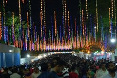 Feria de diversión anual con la variedad de entretenimiento y de actividades comerciales imagen de archivo