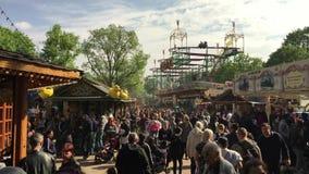 Feria de diversión/carnaval apretados con la montaña rusa en el tiempo soleado Kirmes de la primavera metrajes