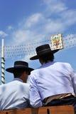 Feria de Sevilla, dos hombres con el sombrero en un carro del caballo Imagen de archivo