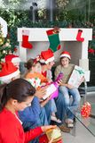 Feriado aberto do Natal da caixa de presente da família Fotos de Stock