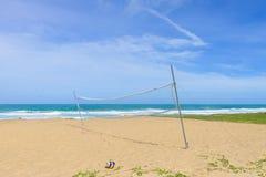 Feriado ativo pelo mar, jogo de bola Foto de Stock Royalty Free