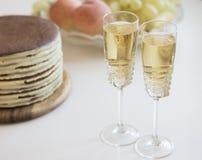 Feriado com dois vidros do champanhe, bolo Imagens de Stock Royalty Free