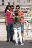 Feriado da família em Roma Tomando um retrato Adultos novos fotos de stock