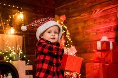 ( Feriado da fam?lia r Criança pequena do menino de Santa para comemorar o Natal em foto de stock