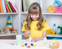 Feriado da Páscoa - ovos da coloração da criança Imagem de Stock Royalty Free