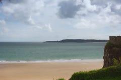 Feriado da praia, opinião do mar de Tenby, litoral Imagem de Stock Royalty Free