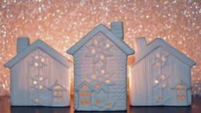 Feriado do ano novo 2019 As velas flamejantes na casa branca do castiçal nas luzes de prata Blurred brilham fundo video estoque