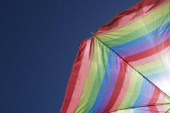 Feriado do brilho do sol do céu azul de guarda-chuva de praia Imagens de Stock