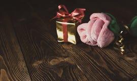 Feriado do vintage/fundo romântico/dia de são valentim com o luxuoso cor-de-rosa e a caixa de presente na tabela de madeira Fotos de Stock