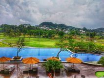 feriado feliz com no melhor recurso com piscinas e opinião do campo do golfe imagens de stock royalty free