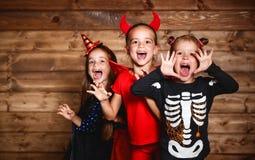 Feriado Halloween Crianças engraçadas do grupo em trajes do carnaval fotografia de stock royalty free