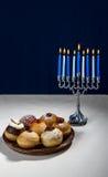 Feriado judaico do Hanukkah, do menorah de hanukkah e do sufganiyot fotos de stock royalty free