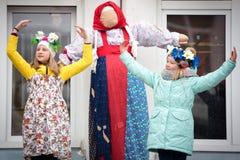 Feriado Maslenitsa Neve do inverno Crianças com anéis de espuma O desempenho das crianças em um concerto imagem de stock royalty free