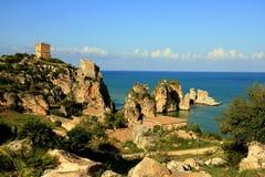Feriado mediterrâneo. Rochas & mar da costa. Sicília Fotografia de Stock