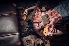 Feriado o Dia das Bruxas com os trajes engraçados do carnaval em um fundo do Dia das Bruxas 31 de outubro Mulher 'sexy' no fundo  imagens de stock royalty free