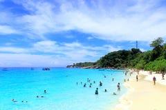 Feriado relaxado ideal da praia em um recurso tropical fotografia de stock