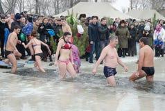 Feriado religioso do esmagamento Os povos banham-se no inverno no Samara do rio Fotografia de Stock Royalty Free