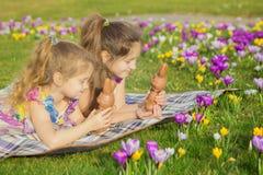 Feriados da Páscoa, feriados da família, alegria e conceito da mola fotografia de stock