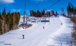 Feriados de inverno em uma estância de esqui Esqui e elevador de esqui Imagens de Stock