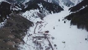 Feriados de inverno nas montanhas Descanso do grupo de pessoas video estoque