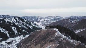 Feriados de inverno nas montanhas Descanso do grupo de pessoas vídeos de arquivo