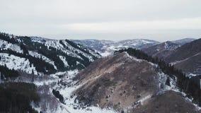 Feriados de inverno nas montanhas Descanso do grupo de pessoas filme