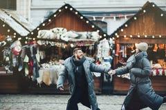 Feriados de inverno Pares de sorriso felizes bonitos novos que levantam sobre fotos de stock royalty free