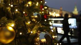 Feriados em Moscou No quadrado uma árvore de Natal incandesce, decorado com bolas e close-up bonito dos brinquedos do Natal filme