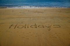 Feriados escritos na areia dourada de pouca praia de Kaiteriteri foto de stock
