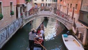Feriados europeus, canal da água com gôndola e barcos em ruas estreitas filme