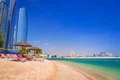Feriados na praia em Abu Dhabi, Emiratos Árabes Unidos foto de stock