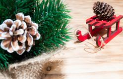 Feriados, presentes, ano novo e conceito da celebração - fim acima das caixas de presente com nota vazia no trenó de madeira verm imagem de stock