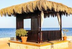 Feriados tropicais de relaxamento com os bungalows na praia fotografia de stock
