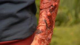 Ferida falsificada na mão do ` s do indivíduo, ferida de sangramento no braço do zombi, composição do Dia das Bruxas filme