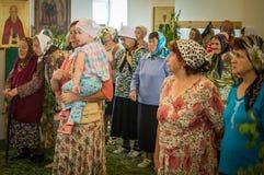 Ferie av den ortodoxa kyrkan på pingstdagen söndag i den Kaluga regionen i Ryssland på 19 Juni 2016 Arkivbild