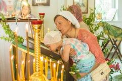 Ferie av den ortodoxa kyrkan på pingstdagen söndag i den Kaluga regionen i Ryssland på 19 Juni 2016 Royaltyfri Foto