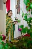 Ferie av den ortodoxa kyrkan på pingstdagen söndag i den Kaluga regionen i Ryssland på 19 Juni 2016 Arkivfoton