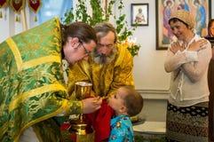 Ferie av den ortodoxa kyrkan på pingstdagen söndag i den Kaluga regionen i Ryssland på 19 Juni 2016 Arkivbilder