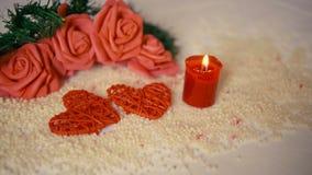 Ferie av valentindagen med garneringblomman och brinnande längd i fot räknat för stearinljus