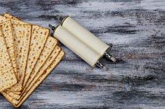Ferie f?r p?skh?gtid f?r Pesah ber?mbegrepp judisk Traditionell bok med påskhögtid för torahsnirkelHaggadah arkivbild