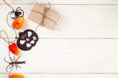 Ferie-, garnering- och partibegrepp - halloween pappers- garneringar och fester med tomt kopieringsutrymme över vit bakgrund Arkivfoton