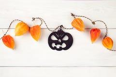 Ferie-, garnering- och partibegrepp - lycklig halloween festlig girland med svart pumpa Arkivfoton