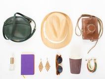 Ferie loppbakgrund Grön arg påse, sugrörhatt, retro brun solglasögon, retro kamera, hippiearmband och örhängen som är violetta royaltyfri bild