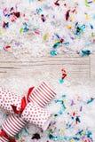 Ferie: PartiNoisemakers på konfettisnö fotografering för bildbyråer