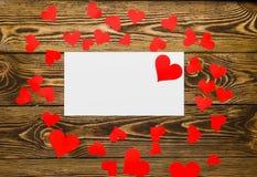 Ferie-/romantiker-/bröllop-/valentindagbakgrund med det lilla pappers- hjärtor och meddelandekortet Royaltyfria Bilder